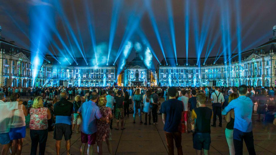"Bei der ""Fête le vin"" findet auf dem Place de la Bourse in Bordeaux eine große Lichtshow statt."