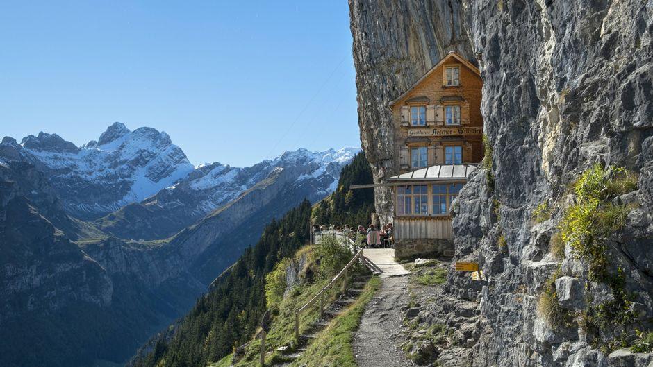 Das Gasthaus Aescher-Wildkirchli im Alpsteingebiet in der Schweiz.