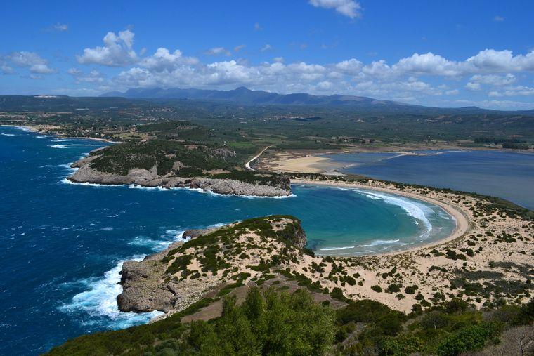 Der Strand Voidokilia auf der Halbinsel Peloponnes.
