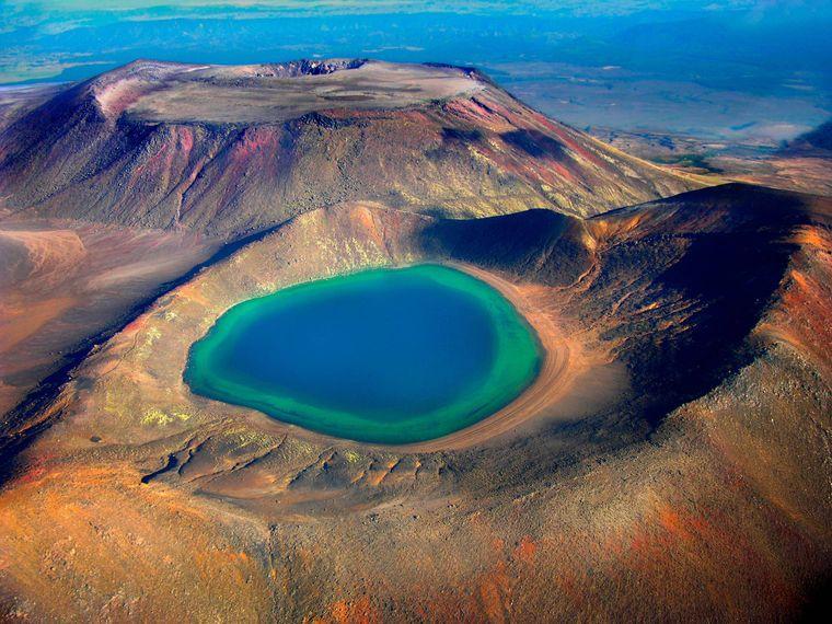 Blick auf einen Kratersee im Tongariro-Nationalpark in Neuseeland.