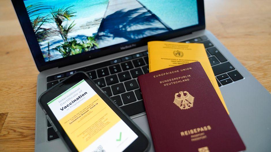 Symbolbild zu einem digitalen Impfpass und Reisepass. Was könnte der EU-Impfpass für den Urlaub im Sommer 2021 bedeuten?