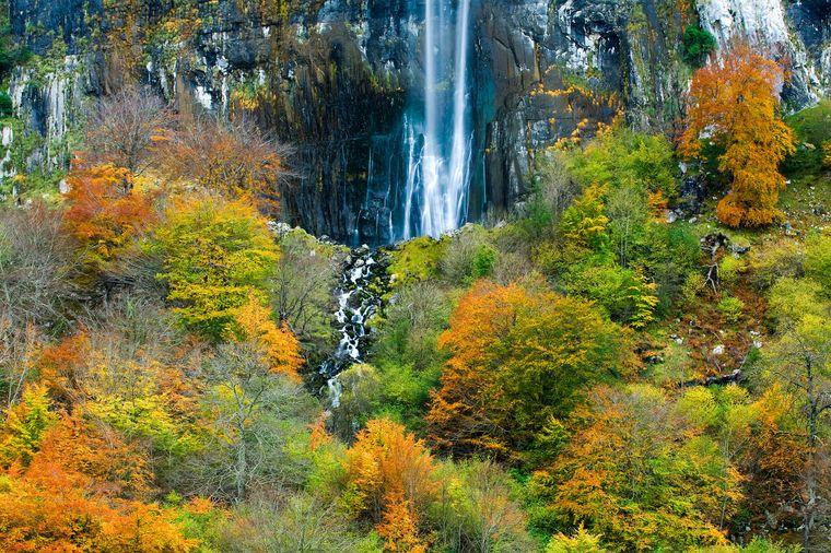 Inmitten wundervoller Natur fällt der Wasserfall des Ason in die Tiefe.