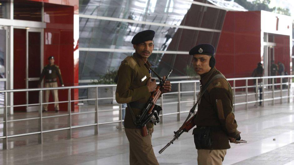 Polizeibeamte am Flughafen Neu-Delhi in Indien.