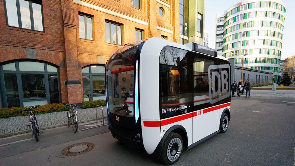 Der neue autonom fahrende Bus der Deutschen Bahn in Berlin.