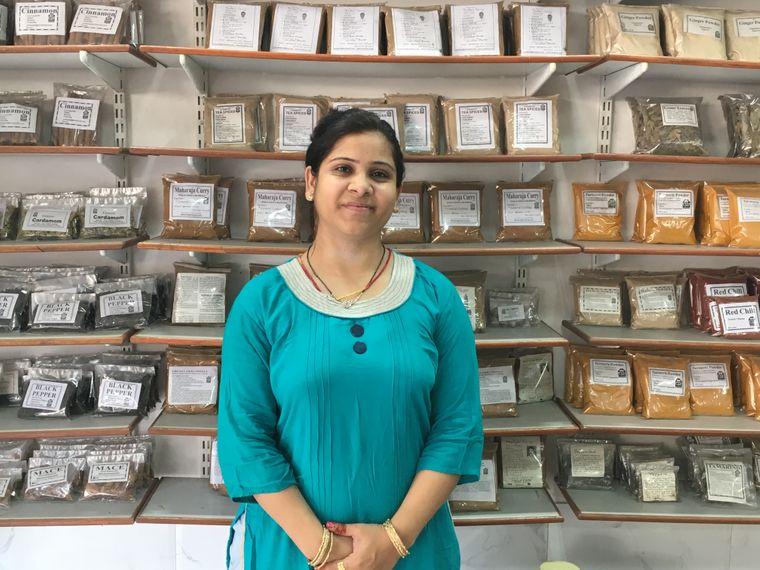 Nikki ist in dem kleinen Gewürzladen in Jodhpur ihre eigene Chefin.