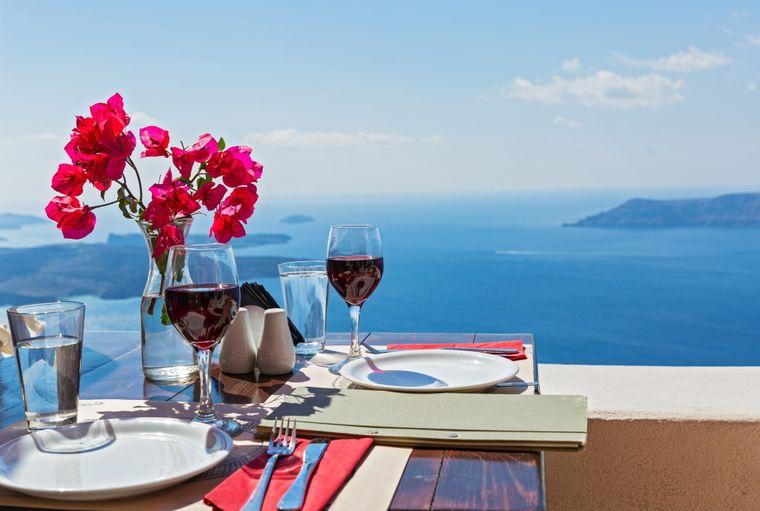 Santorini ist auch für seinen leckeren Wein bekannt.