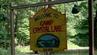 Schild zum Crystal Lake Camp, das eigentlich Camp No-Be-Bo-Sco heißt.