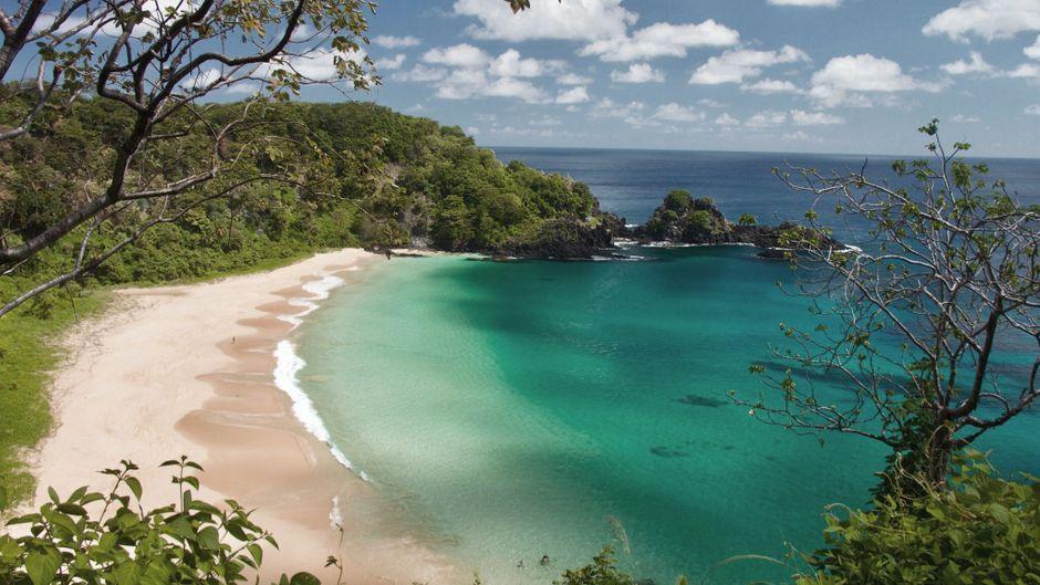 Der wohl schönste Strand der Welt liegt verborgen in einer Bucht auf der brasilianischen Insel Fernando de Noronha.