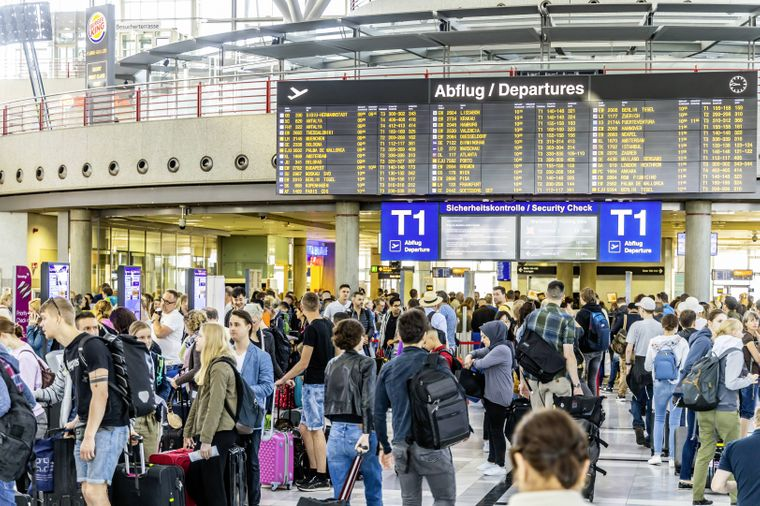 Ein volles Terminal am Stuttgarter Flughafen.