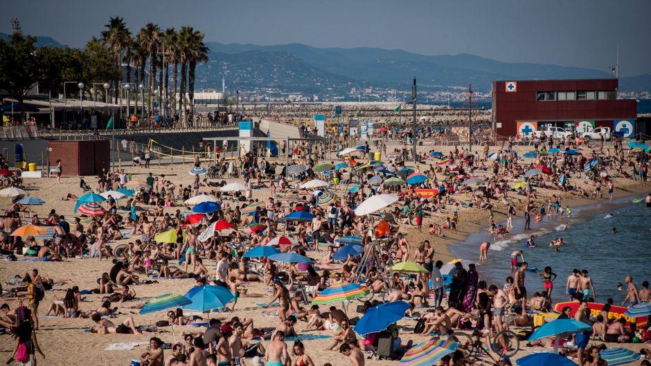 Überfüllter Strand trotz Corona im spanischen Barcelona.