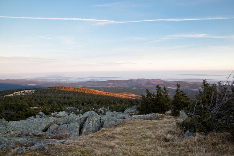 Auf dem Hexenstieg lernst du den Harz aus der Brockenperspektive kennen: In 1141 Metern Höhe überblickst du weite Teile des Mittelgebirges.