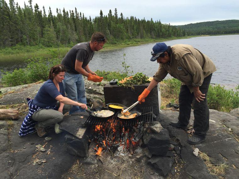 Mitarbeiter der Lodge am Miminiska See bereiten den Fisch direkt auf einer kleinen Insel zu.
