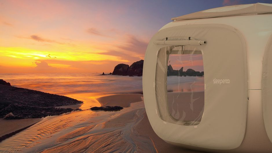 Ein Sleeperoo Cube am Strand.