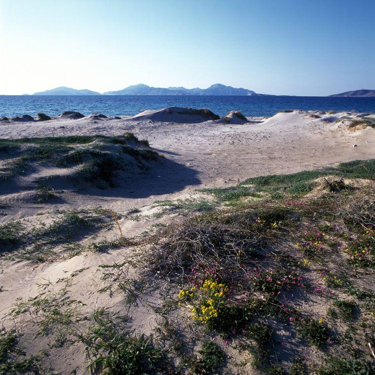 Dünen am Strand von Kos mit Blick auf die Nachbarinsel Kalymnos.