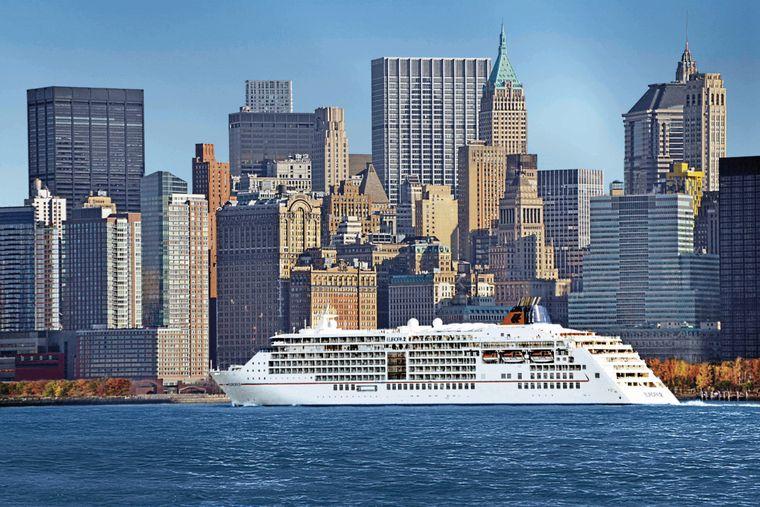 """Die """"MS Europa 2"""" vor der Skyline New Yorks."""