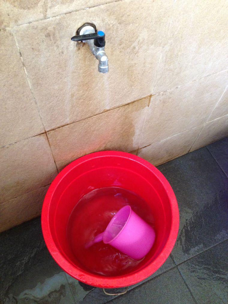 Wassereimer und Kelle statt Klopapier und Spülung.