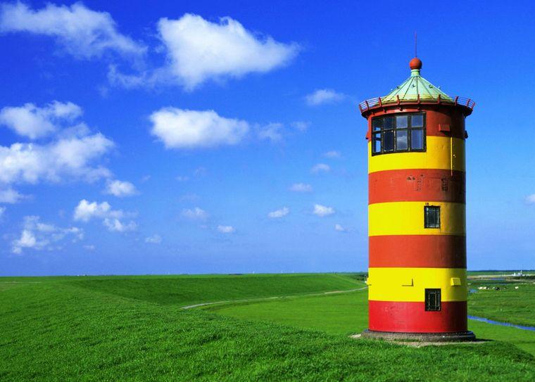 Der Pilsumer Leuchtturm erlangte durch Comedien Otto Waalkes besondere Berühmtheit.