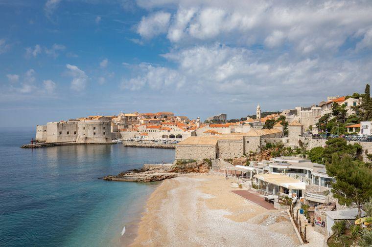 Blick vom Banje beach auf die Stadt Dubrovnik.
