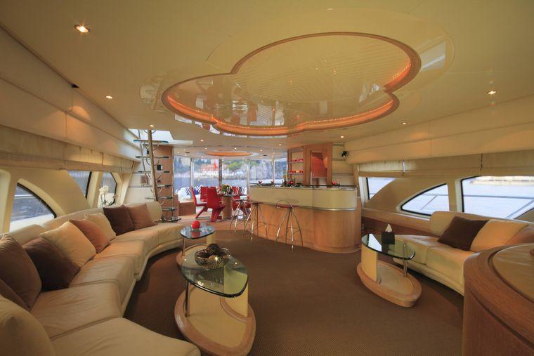 Salon einer Luxusyacht.