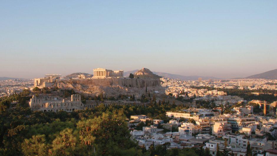 Blick vom Hügel Philapoppos auf Athen mit der Akropolis.