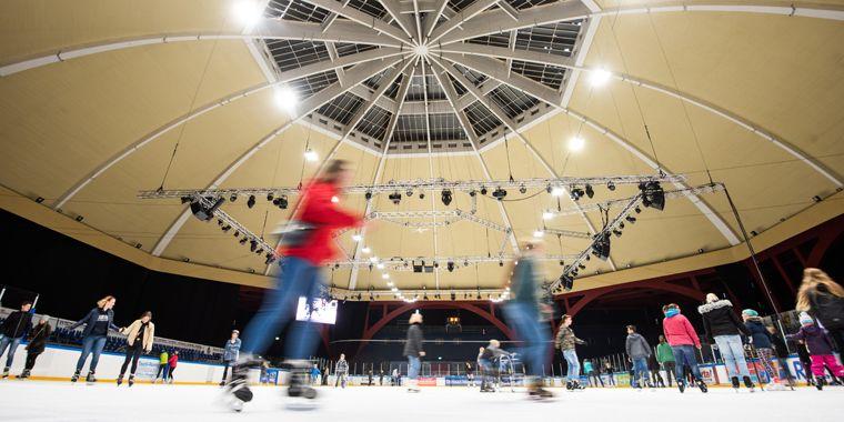 Unter der imposanten Kuppel des denkmalgeschützten Kohlrabizirkus lässt es sich bei Wind und Wetter gut übers Eis laufen.