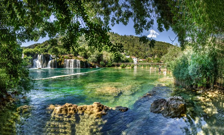 Die wunderschöne Skradinski buk im Krka-Nationalpark mit flachen Wasserfällen.