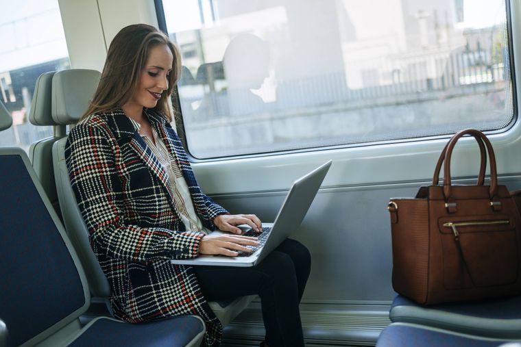 Sobald sich der Zug füllt, sammele deine Gepäckstücke ein, damit sich andere setzen können.