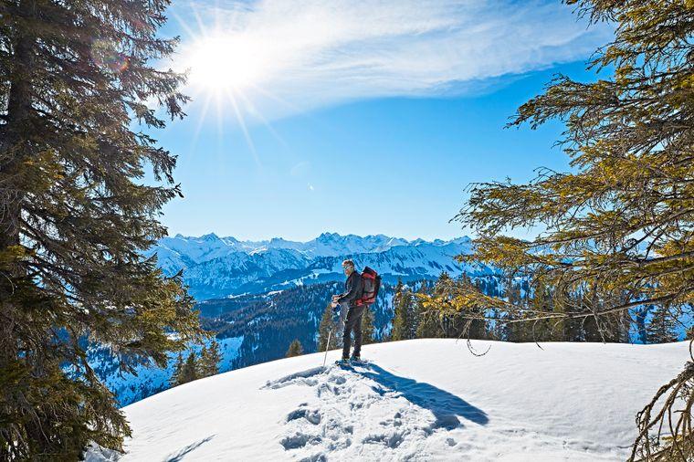 Bei einer Schneeschuhtour auf den Gipfel des Wannenkopfs in den westlichen Allgäuer Alpen bieten sich immer wieder schöne Ausblicke auf die verschneite Landschaft.
