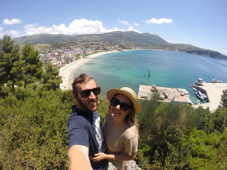 Tyral macht ein Selfie in Albanien am Meer.