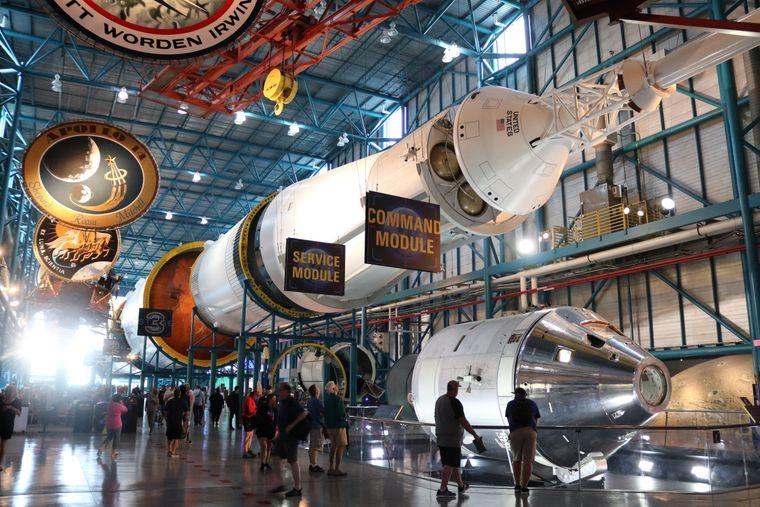 Gegen die Spaceshuttles wirken die Besucher im Kennedy Space Center winzig.