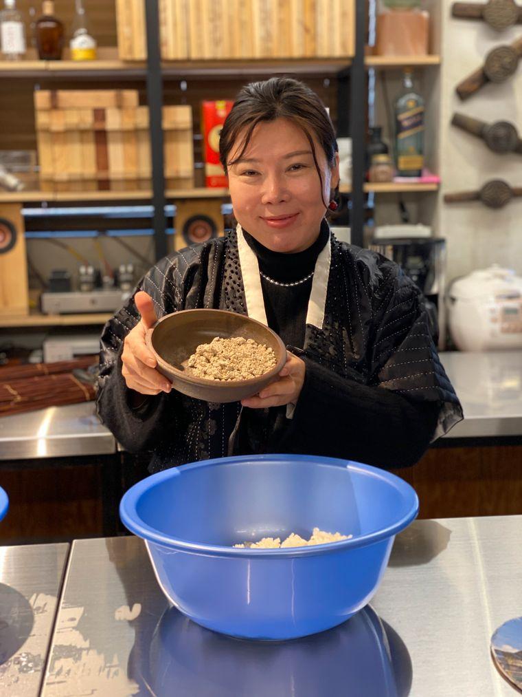 Kim Dan-A zeigt in der Hafenstadt Busan, wie der Reislikör Makgeolli produziert wird.