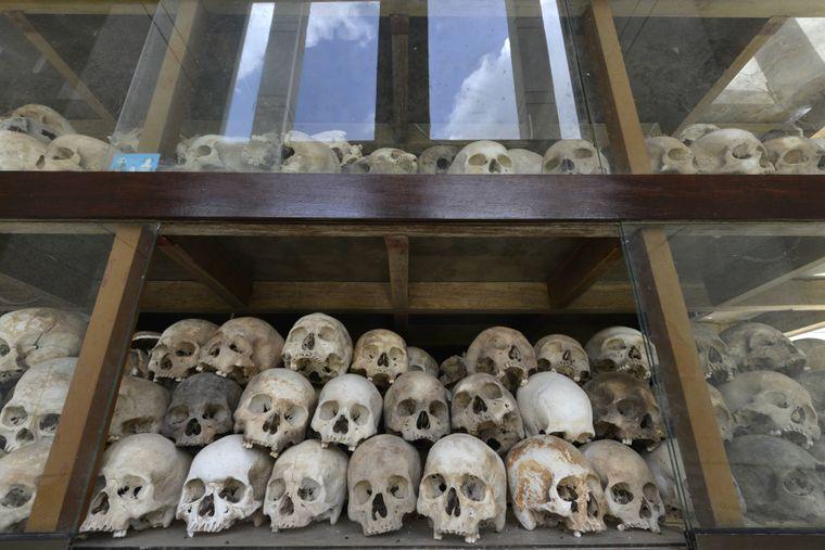 Schädel und Gebeine in der Gedächtnis-Stupa für die ermordeten Häftlinge durch die Roten Khmer in Choeung Ek.