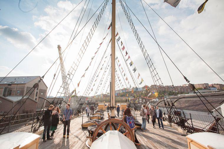 """Das erste von einer Schraube angetriebene Stahlschiff der Welt, die """"SS Great Britain"""", siehst du in Bristol."""