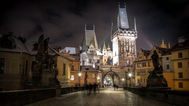 Am Abend oder am frühen Morgen sind die besten Zeiten, um in aller Ruhe über die Prager Karlsbrücke zu schlendern.