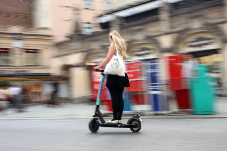 Ob Touristen oder Locals: Die E-Scooter prägen das Stadtbild vieler Metropolen. Aber lohnt sich die Fahrt?