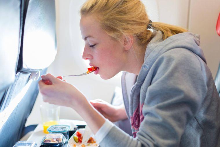 Snacks und Wasserflaschen dürfen Reisende aus dem Flugzeug mit nach Hause nehmen.