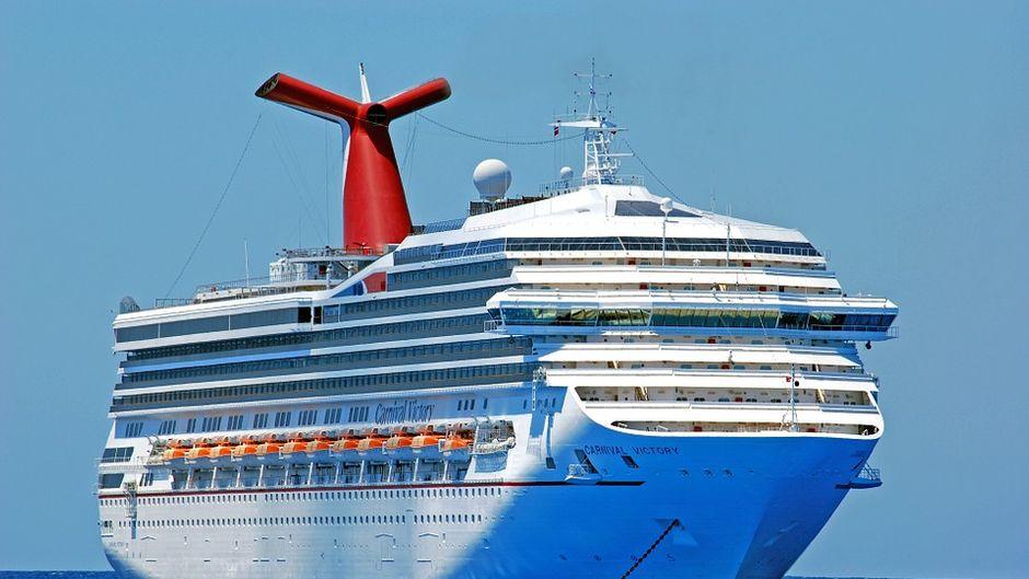Mit dem Kreuzfahrtschiff auf hoher See steuerst du viele unterschiedliche Orte an.