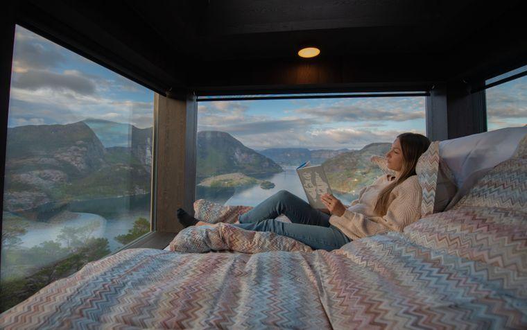 Blick vom Bett der Chalets auf den Lysefjord.