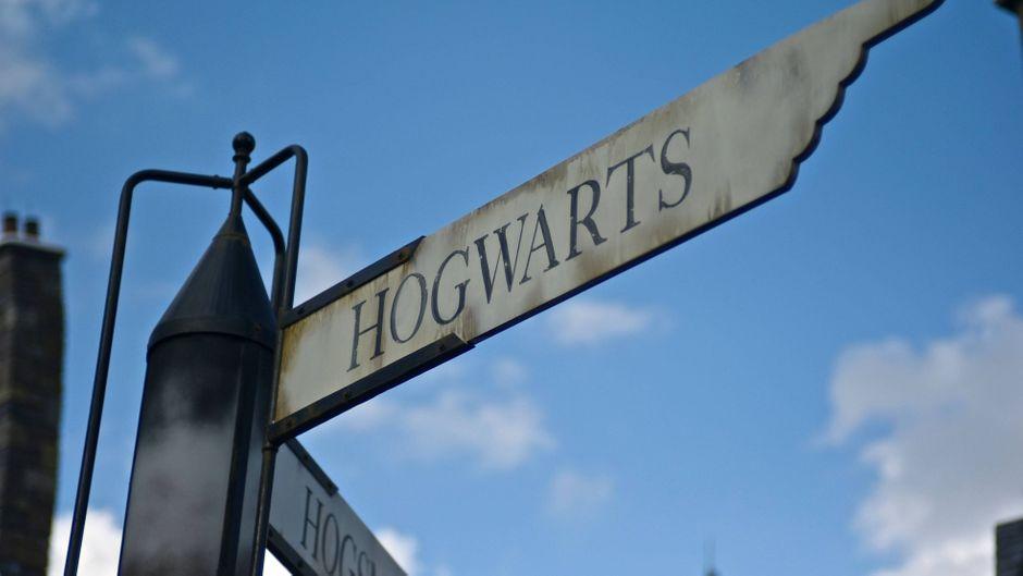 Dieser Wegweiser könnte schon bald zu deinem neuen Zuhause führen: Hogwarts kannst du mieten.