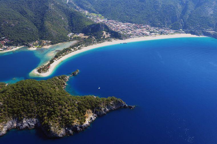 Der Strand von Ölüdeniz bietet Reisenden eine Kulisse wie aus dem Bilderbuch.