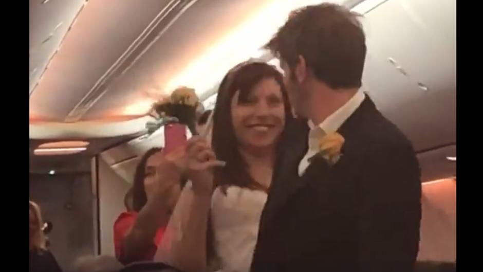 Renee und Michael ließen sich im Mittelgang des Flugzeugs trauen – und tanzten danach glücklich zurück auf ihre Plätze.
