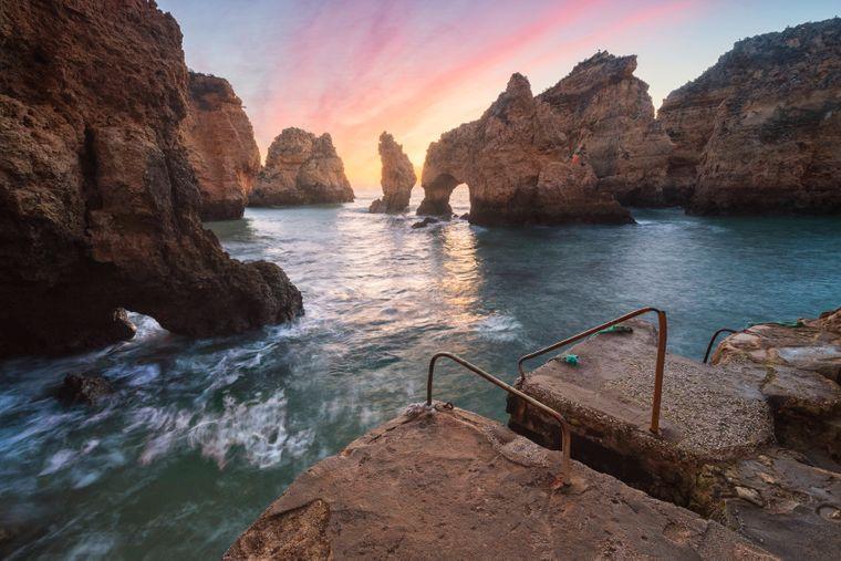 Versteckte Strände und Buchten an der Ponta da Piedade im Süden Portugals.