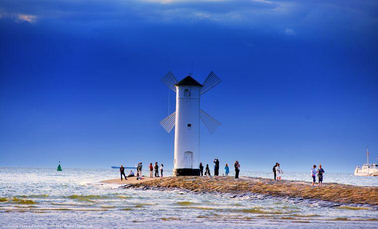 Die weiße Mühlenbake auf der Westmole in Form einer Windmühle ist ein Wahrzeichen von Świnoujście.