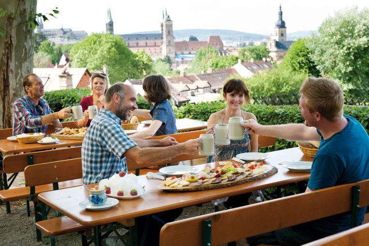 Auf dem Bamberger Spezial-Keller lokale Spezialitäten genießen.