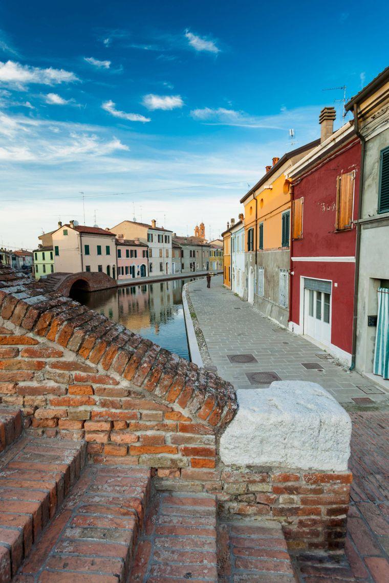 Comacchio wird oft mit Venedig verglichen – leuchtet ein, bei dieser Kulisse, oder? Die Stadt befindet sich aber mehr als 110 Kilometer weiter südlich am Po-Delta.