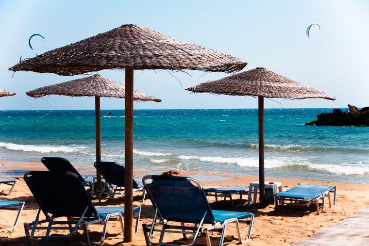 Tükisblaubes Wasser und Sonnenliegen- Die Strände Griechenlands sind als Urlaubsziel beliebter denn je.
