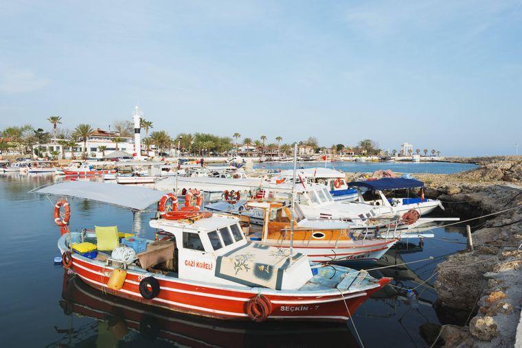 Der kleine Yachthafen in Side ist Ausgangspunkt zahlreicher Bootstouren.