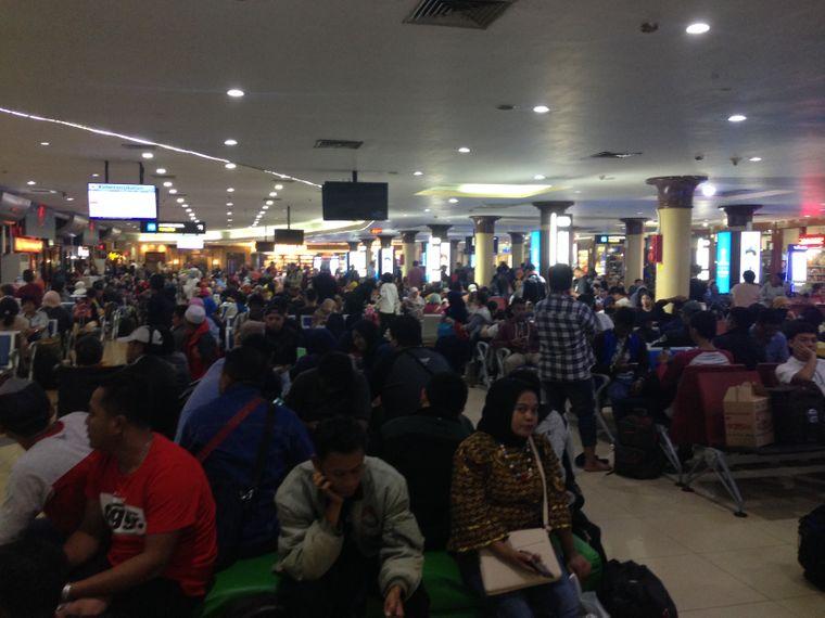 Die Wartehalle des Flughafens von Yogyakarta war überfüllt.