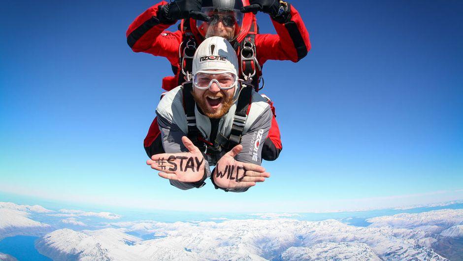 Sebastian liebt es, sich neuen Herausforderungen zu stellen. Hier macht er gerade Skydiving über Queenstown in Neuseeland.