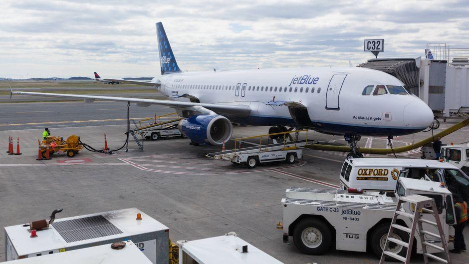 Jetblue-Flugzeug am Flughafen Boston.